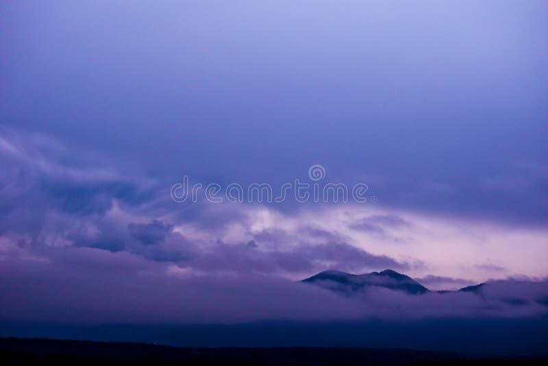 Nubi sopra le montagne fotografie stock libere da diritti