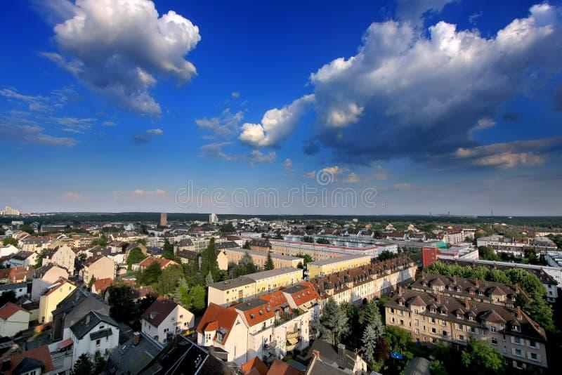 Nubi sopra Niederrad, Francoforte sul Meno immagine stock