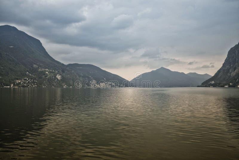 Nubi tempestose sopra il lago fotografie stock libere da diritti