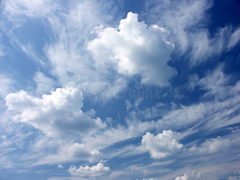 Download Nubi vaghe fotografia stock. Immagine di plummy, estate - 222300
