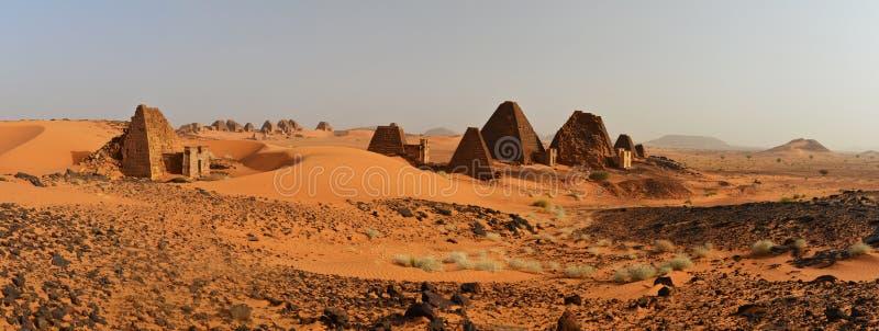 Nubian金字塔全景在苏丹 库存图片