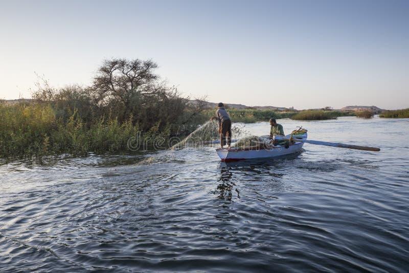 Nubian fiskare som fiskar i Nilen på solnedgången nära Aswan arkivbild