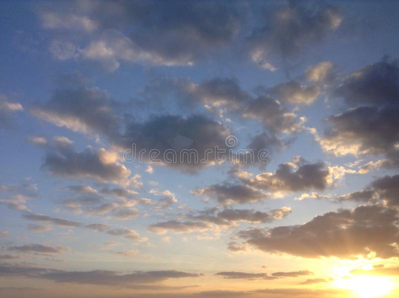 Nubla-se o céu azul fotos de stock royalty free