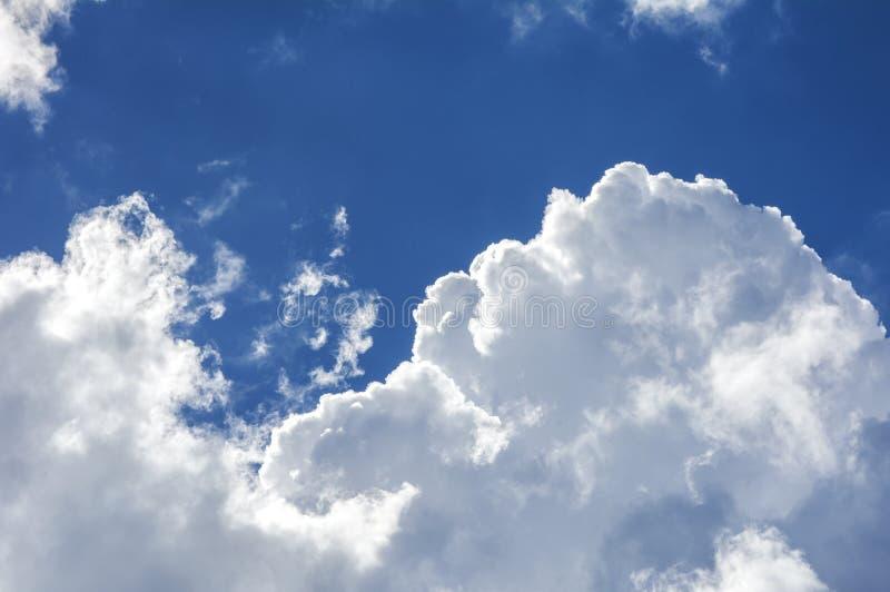 Nubla-se raios do céu fotografia de stock