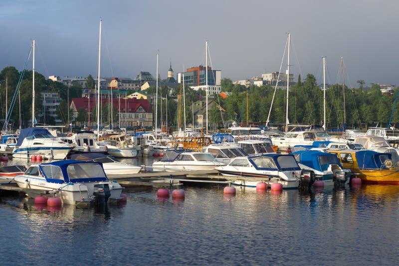 Nublada mañana de junio en el puerto deportivo urbano Lapenranta, Finlandia fotografía de archivo libre de regalías