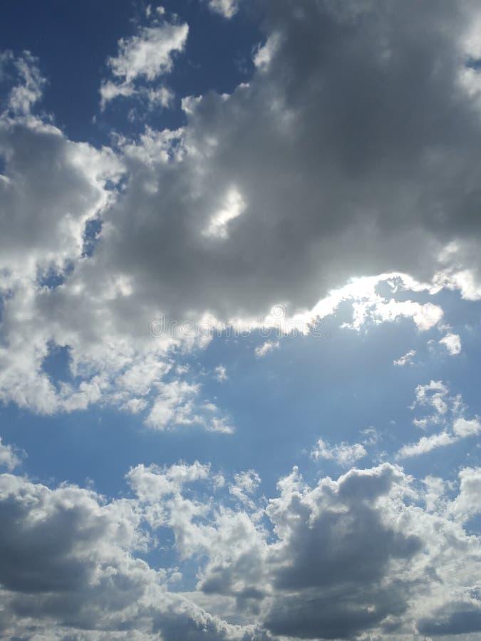 Nublado con la nueva mirada fotografía de archivo