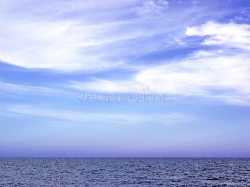 Nublado do cielo de março y do engodo de Paisaje marino de playa imagens de stock