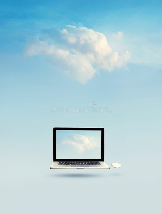 Nuble-se o conceito de computação, portátil que flutua com a nuvem na tela foto de stock royalty free