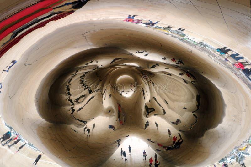 Nuble-se a porta na arte do espelho do feijão de Chicago Illinois com povos e o marco espelhado construções do turista nesta cida imagem de stock royalty free