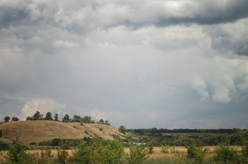 Nuble sob a vila Paisagem nebulosa sobre prados do pasto em um vale montanhoso pitoresco do verão imagens de stock