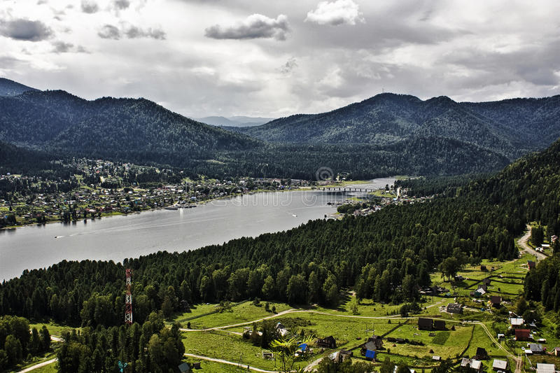 Nuble sobre o lago Teletskoye imagem de stock royalty free