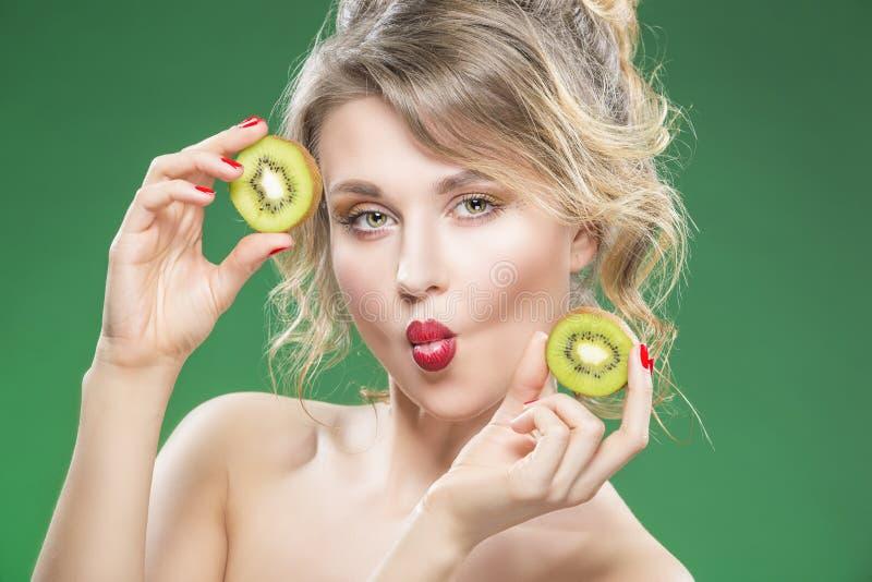 Nude engraçado sensual Making Faces modelo caucasiano ao levantar com Kiwi Fruit suculento imagem de stock
