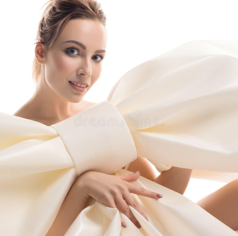 Nude Girl mit riesigem dekorativem Bogen stockbild
