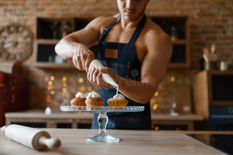 Nude Mann in der Vorgarnitur Koch Dessert auf der Küche stockbilder