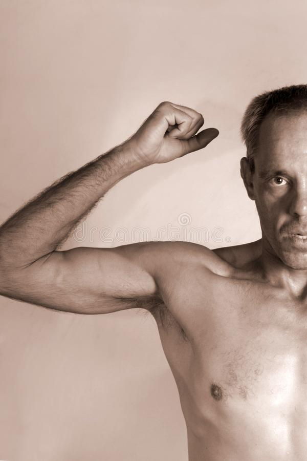Nude Porträt eines autistischen Mannes, der seine körperliche Muskelkraft demonstriert stockfotos