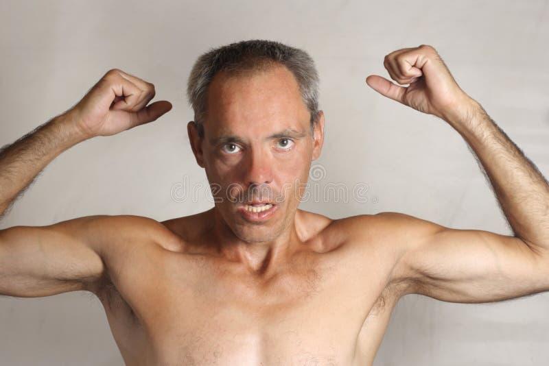 Nude Porträt eines autistischen Mannes, der seine körperliche Muskelkraft demonstriert lizenzfreies stockfoto