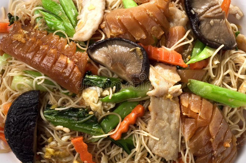 Nudel gebratene gemischte asiatische Nahrung stockfotos