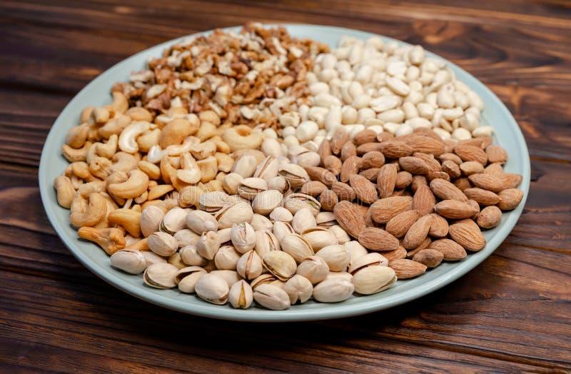 Nudelmischung, gesunde und wohltuende Ernährung, Holzparkett stockfoto