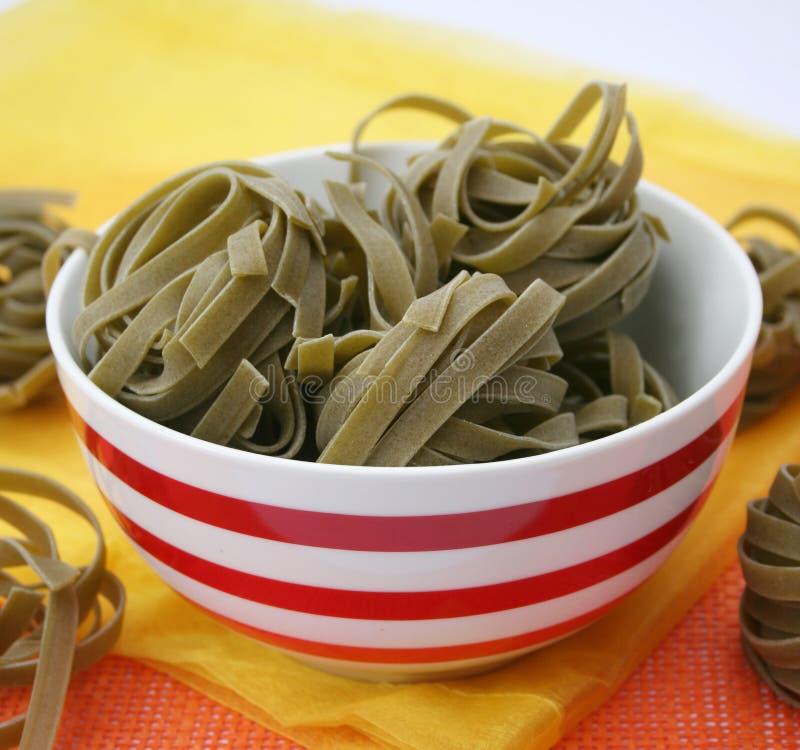 Nudeln mit Spinat stockfotos