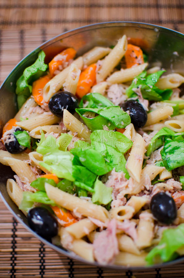 Nudelsalat mit Thunfisch und Oliven stockfoto