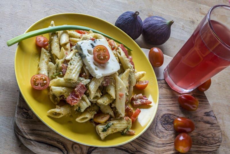 Nudelsallad med gorgonzola ost royaltyfri bild