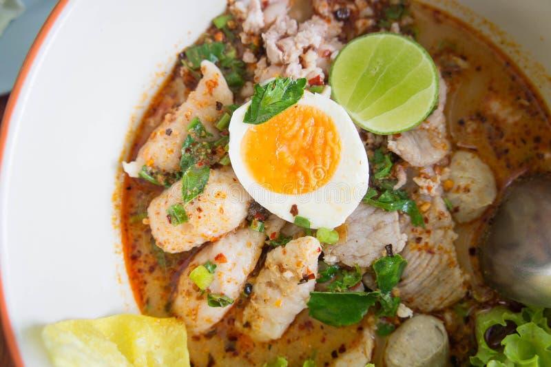Nudelsuppe, Tumsyum Lebensmittel Schweinefleisch-Suppe mit geschmackvollem thailändischem Lebensmittel lizenzfreie stockfotos