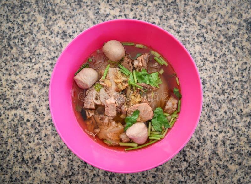 Nudelsuppenschüssel mit Schweinefleischball und traditionelle thailändische Nahrung der chinesischen Art des Gemüses des Asiaten stockfoto