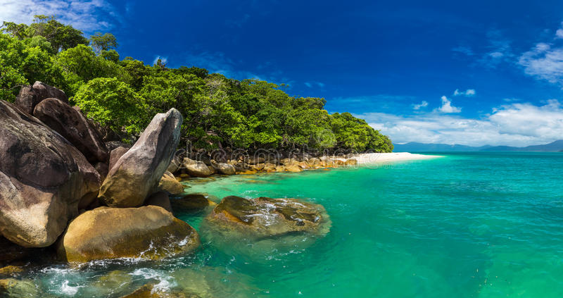 Nudey-Strand auf Fitzroy-Insel, Steinhaufenbereich, Queensland, Australi stockfoto