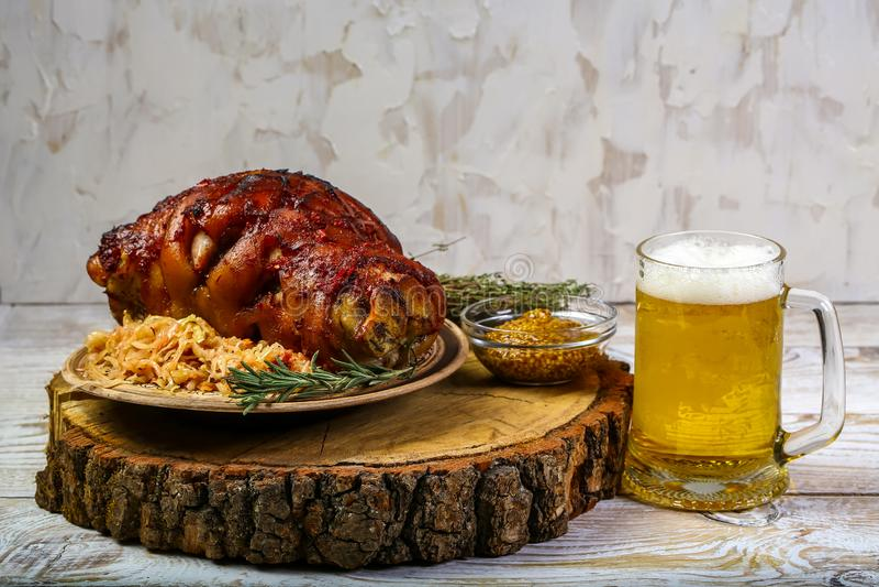 Nudillo del cerdo asado con la cerveza y la chucrut Menú de Oktoberfest imagen de archivo libre de regalías
