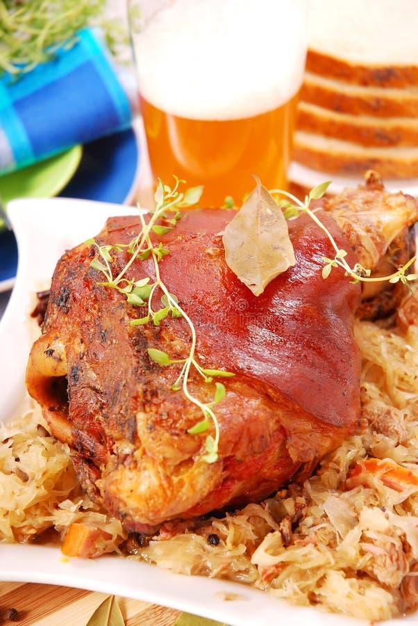 Nudillo del cerdo cocido al horno con la cerveza fotografía de archivo