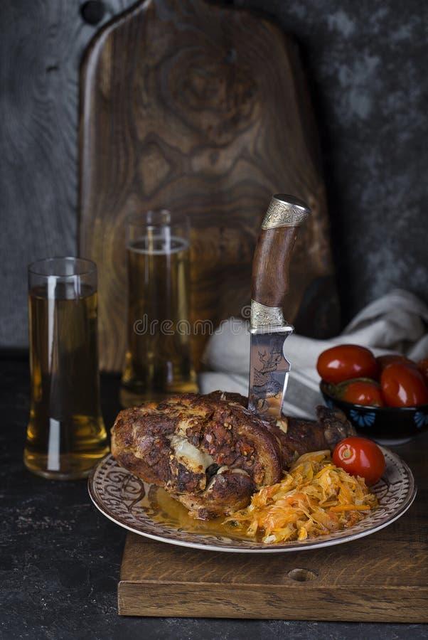 Nudillo del cerdo con la cerveza y la chucrut imagen de archivo libre de regalías