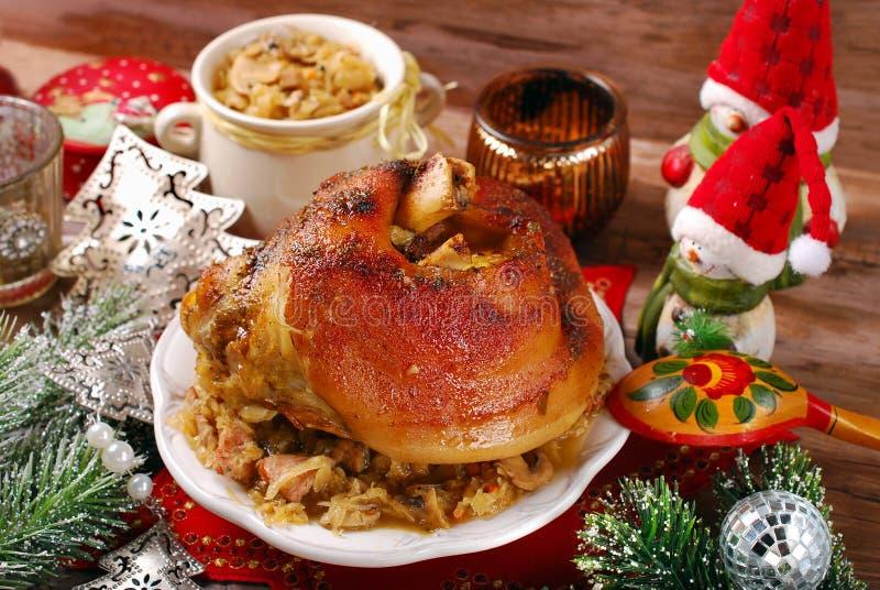 Nudillo del cerdo con la chucrut para la cena de la Navidad fotografía de archivo