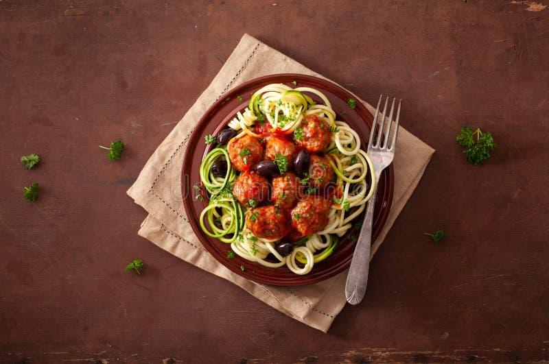 Nudlar f?r zucchini f?r Keto-paleozoodles med k?ttbullar och oliv royaltyfri foto