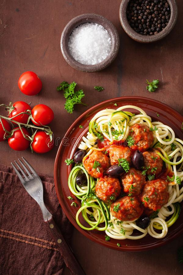 Nudlar f?r zucchini f?r Keto-paleozoodles med k?ttbullar och oliv arkivfoton