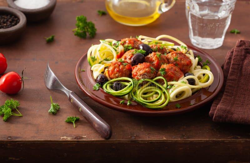Nudlar f?r zucchini f?r Keto-paleozoodles med k?ttbullar och oliv royaltyfria foton