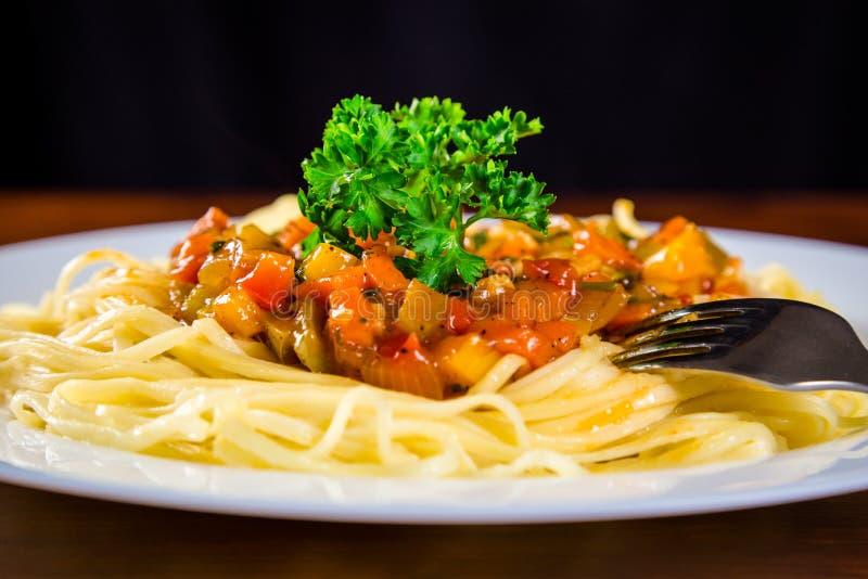 Nudlar i platta med den grönsaksås och gaffeln fotografering för bildbyråer