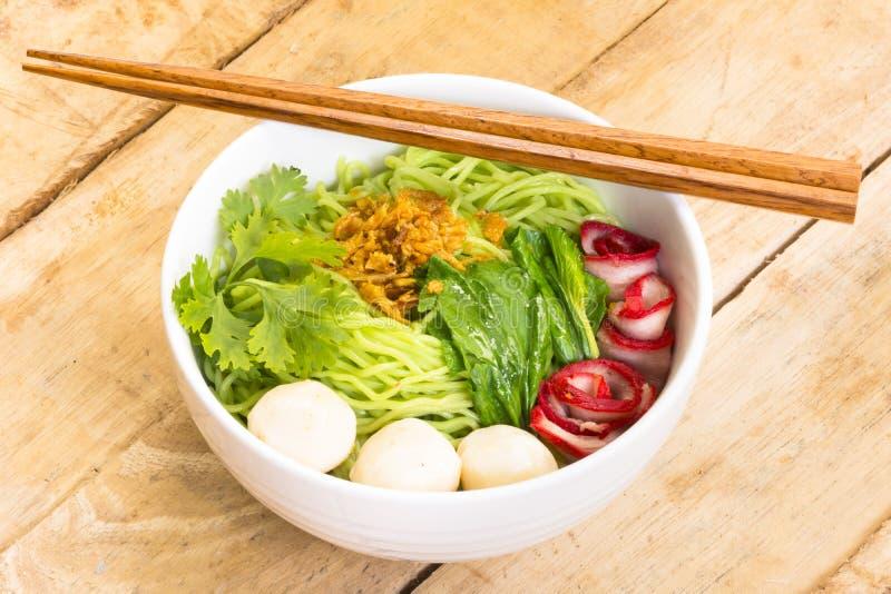Nudlar i Thailand Filosofie kandidat-Mee-mu-Dang eller pasta av Asien på trätabellen Övre och bästa sikt för slut arkivbilder