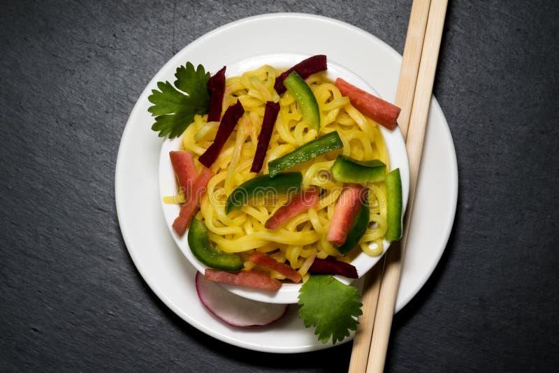 Nudlar med grönsaker royaltyfri foto