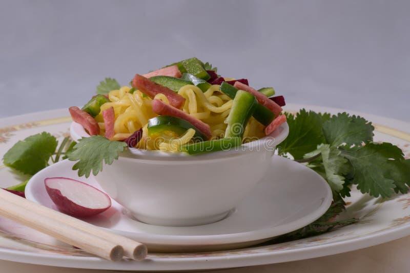 Nudlar med grönsaker royaltyfria foton