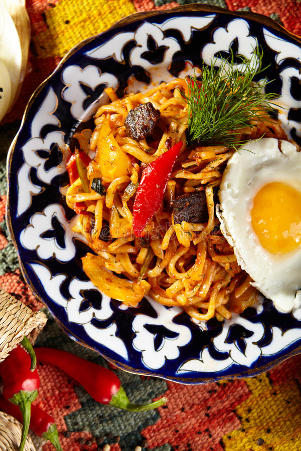 Download Nudlar med Laghman sås arkivfoto. Bild av pasta, crimean - 76703036
