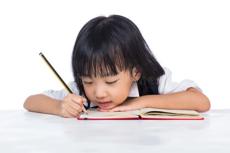 Nudna Azjatycka Chińska mała dziewczynka jest ubranym mundurka szkolnego studiowanie obraz stock