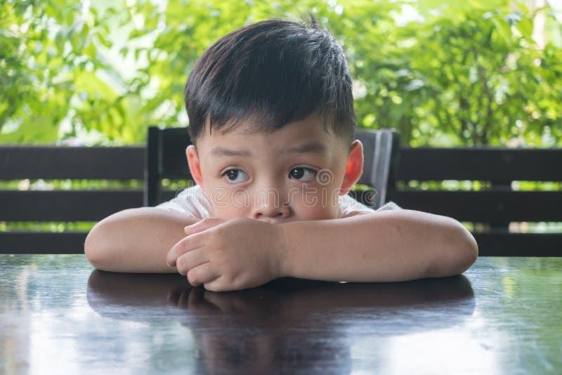 Nudny chłopiec odczucie deprymuje i prawie płakać fotografia royalty free