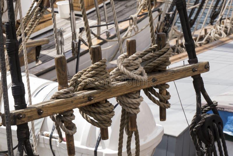 Nudos del marinero que amarran una nave atracada en el muelle imágenes de archivo libres de regalías