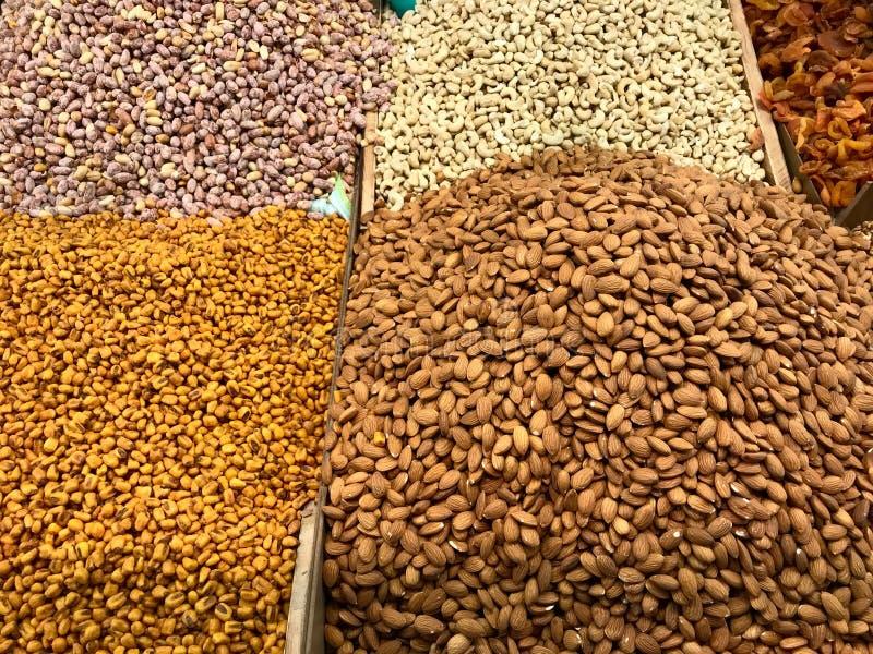 Nueces, almendras, anacardo, maíz y cacahuetes secos en venta en el mercado del bazar fotografía de archivo libre de regalías
