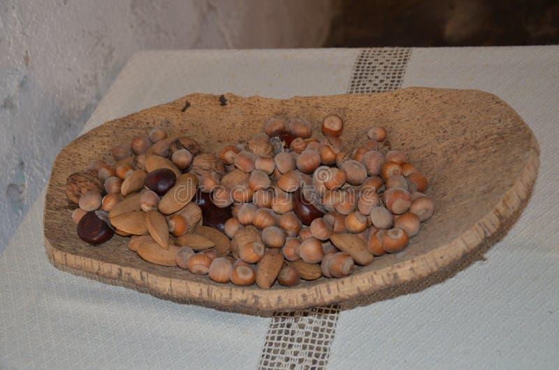 Nueces clasificadas en cuenco foto de archivo libre de regalías