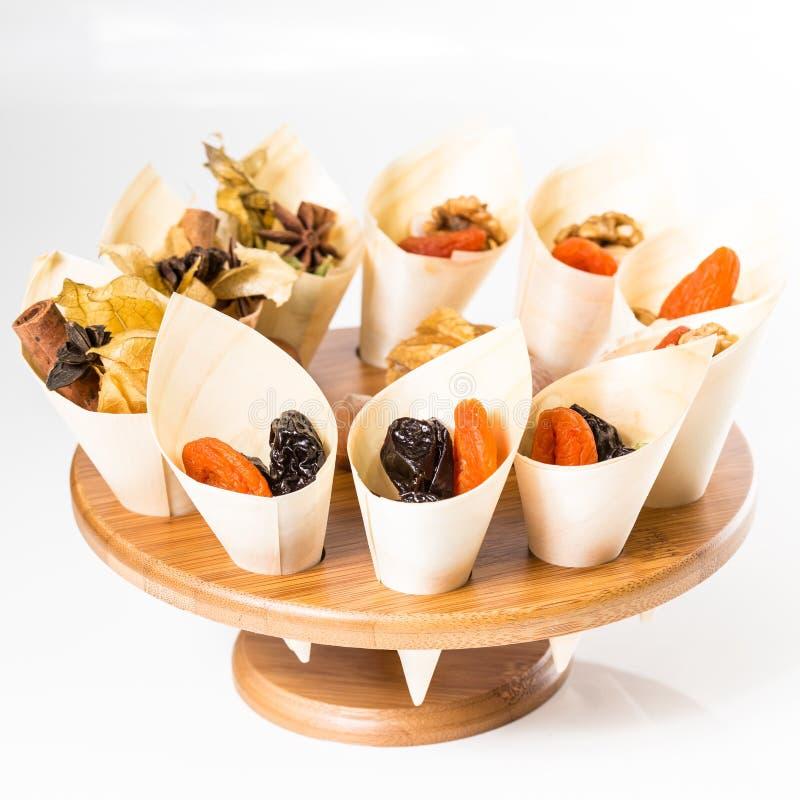 Nueces de la mezcla, frutas secas y chocolate imagen de archivo