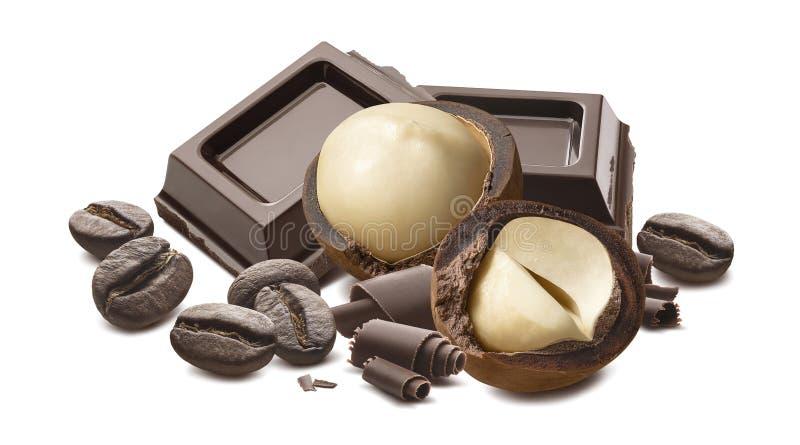 Nueces de macadamia, rizos del chocolate y granos de café aislados en el fondo blanco fotos de archivo libres de regalías