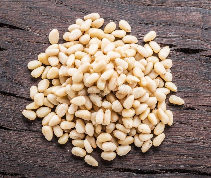 Nueces de pino descascadas en la tabla de madera Visión superior Alimento biológico fotos de archivo libres de regalías