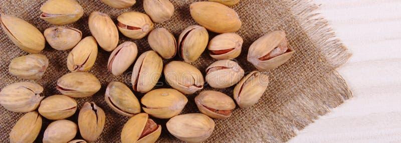 Download Nueces De Pistacho En La Tabla De Madera Blanca, Consumición Sana Imagen de archivo - Imagen de sano, tarjeta: 64209047