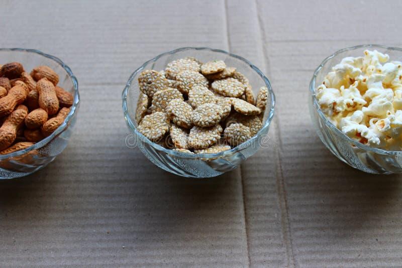 Nueces de tierra, palomitas de maíz y rewari imagen de archivo libre de regalías